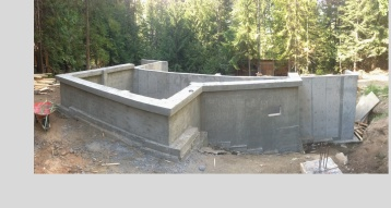 Concrete footing for light clay house on a steep slope. Beyond The Bale has extensive experience in concrete formwork and understands techniques to minimize concrete useage in foundation work.